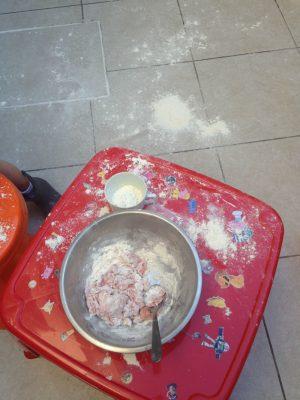 Neste dia tentamos fazer massinha caseira, mas não deu certo. A sujeira acabou virando a grande brincadeira!