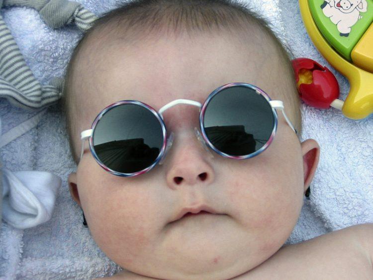 bebe de óculos