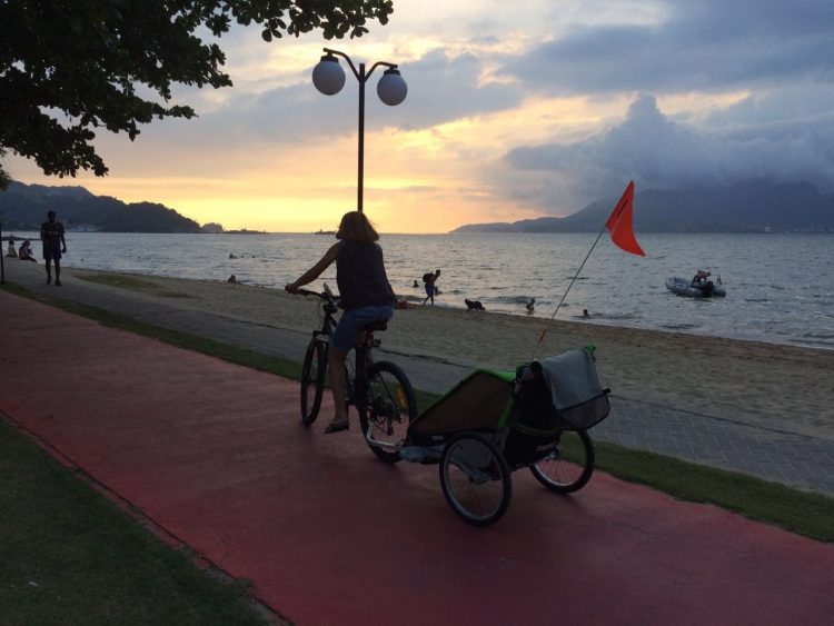 Fim de tarde na ciclovia: eu, o super carrinho e as crianças na charrete