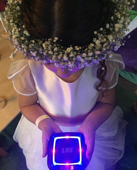 Para facilitar a comunicação, cada família recebe um pager com o número da pulseira de identificação do filho. Caso o pequeno necessite do suporte da mãe ou do pai, o aparelho é acionado