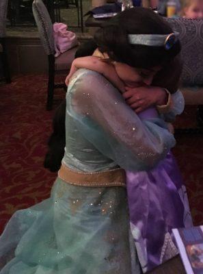 A total entrega da Alice ao abraçar a Jasmine! Muito amor!