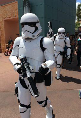 """Os Stormtroopers dando uma bronca de brincadeirinha no meu filho: """"Se acalme, garoto!"""""""