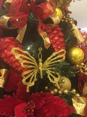 Adorno de borboleta na árvore de Natal da loja Cromus Experience