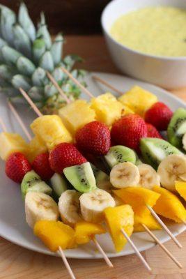 espetinho de fruta em festa